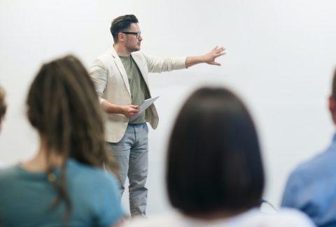 ¿Querés saber qué es la oratoria y cómo usarla para ser mejor vendedor? ¡Seguí leyendo y enterate cómo mejorar tus ventas!